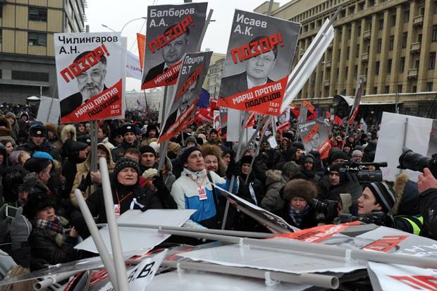 Russos protestaram contra proibição de adoção por norte-americanos (Foto: Andrey Smirnov/AFP)