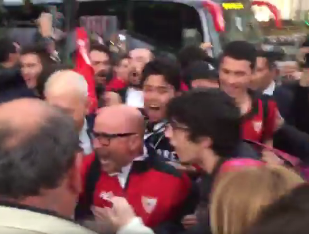 BLOG: Torcida recebe o Sevilla com festa e contagia Sampaoli; confira o vídeo