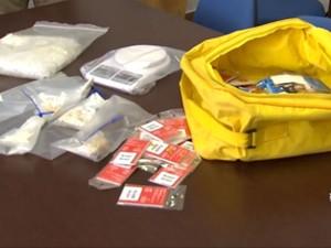 Foram apreendidas porções de cocaína, crack, balança de precisão, entre outros itens em Itu (Foto: Reprodução / TV Tem)