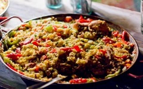 Paella de carnes e camarões com açaí