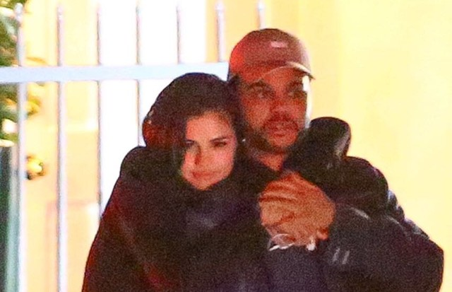 Selena Gomez é vista aos beijos com The Weeknd (Foto: AKM-GSI)