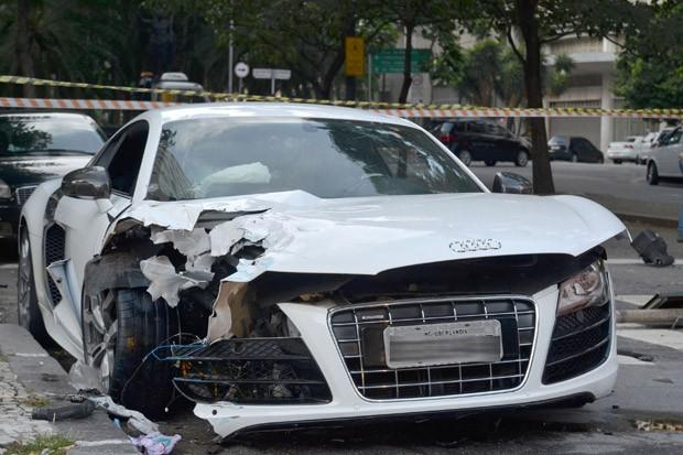 O motorista de um veículo Audi de cor branca perdeu o controle da direção e atingiu a coluna de um semáforo no Largo do Arouche, no Centro, na madrugada desta sexta-feira (21). A placa do carro é de Uberlândia (MG) (Foto: Hélio Torchi/Estadão Conteúdo)