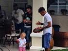 Neymar faz churrasco e curte pagode com o filho