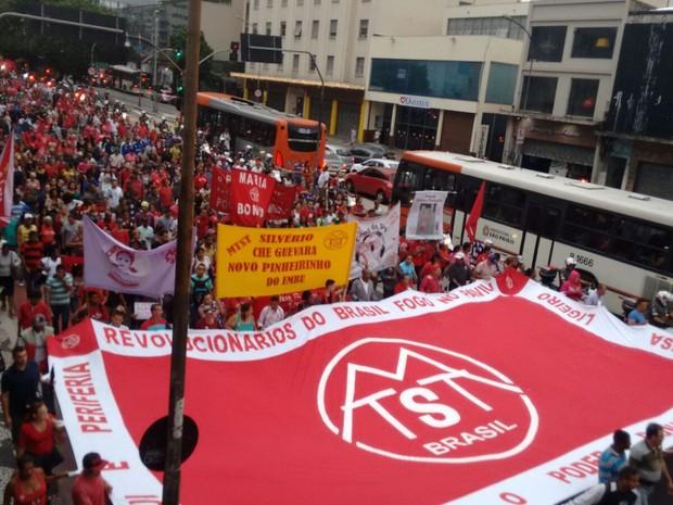 Manifestantes descem a Rua da Consolação na tarde desta quarta-feira (Foto: Roney Domingos/G1)