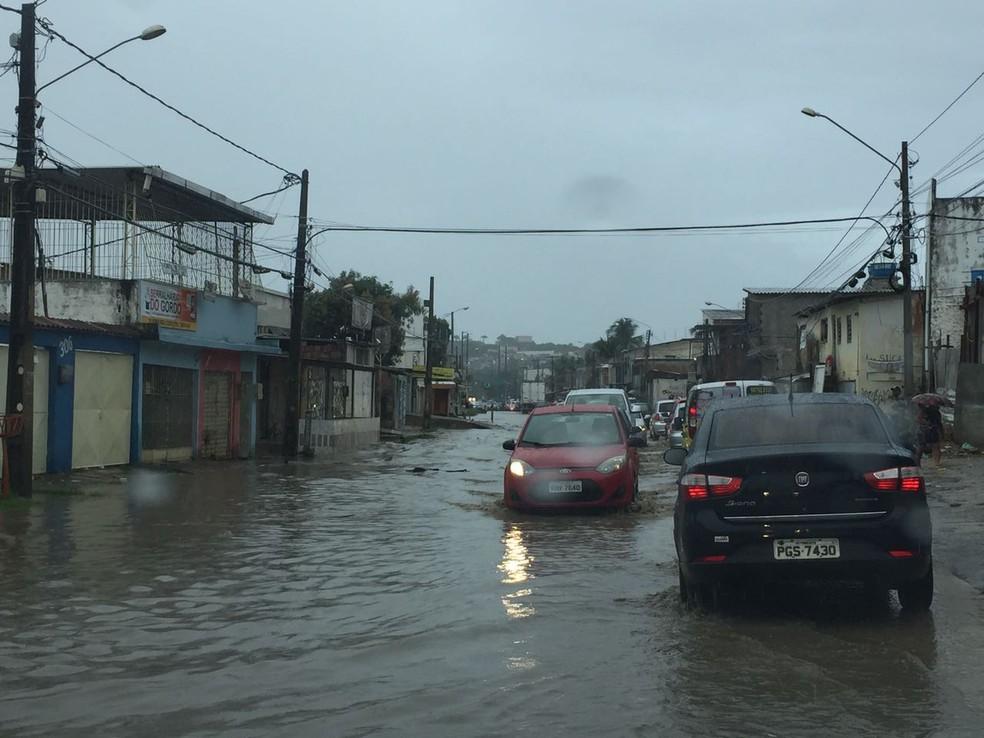 Em Olinda, diversas ruas ficaram alagadas após fortes chuvas (Foto: Thiago Augustto/TV Globo)