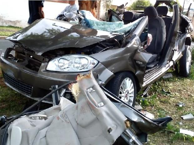 Veículo colidiu com árvore na madrugada deste sábado (31), em Franca (SP) (Foto: Reprodução/EPTV)