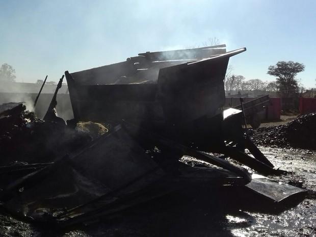 Fogo queimou trator, caminhão e ônibus (Foto: Divulgação/ Bombeiros Botucatu)