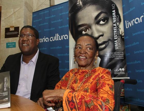O autor Julio Claudio da Silva e Ruth de Souza posam no lançamento do livro (Foto: Edimilson Saldanha)