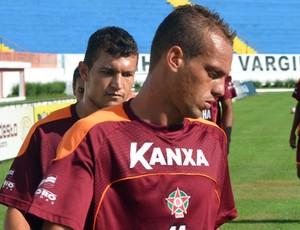 Atacante Marques deslocou a clavícula durante treinamento desta segunda-feira (Foto: Tiago Campos/GLOBOESPORTE.COM)