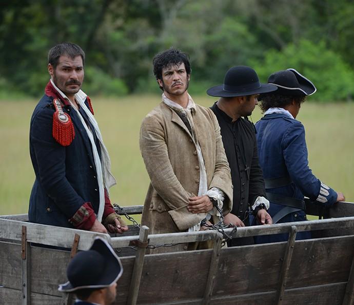 Tiradentes e Rubião são levados para a prisão (Foto: Pedro Carrilho/Gshow)
