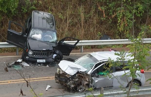 Jeep e Palio colidiram de frente na GO-010, em Luziânia, Goiás (Foto: Reprodução/ TV Anhanguera)