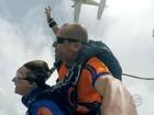 Idosa comemora aniversário em salto de paraquedas com netos; veja vídeo