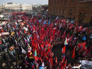 Ativistas nacionalistas russos se reúnem acenando bandeiras patrióticas no centro de Moscou (Foto: Ivan Sekretarev/ AP Photo)
