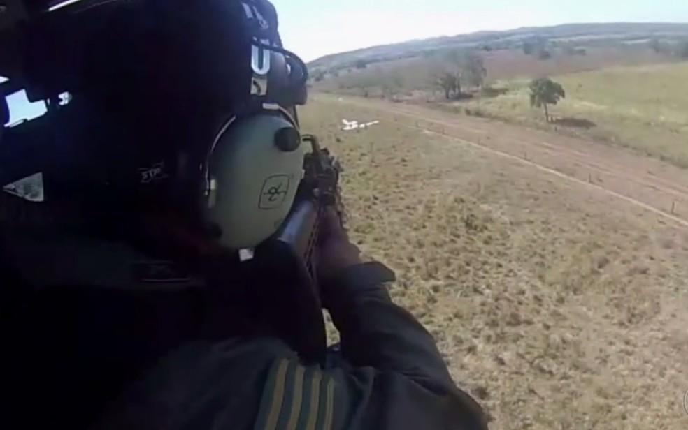 Graer se aproxima de local de pouso de avião com cocaína em Jussara (Foto: Divulgação/PM)