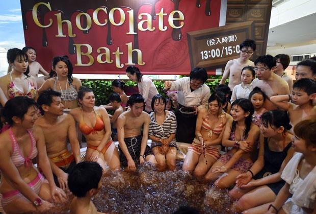 Dezenas de crianças e adultos aproveitaram um banho de chocolate nas instalações de um spa no Japão neste domingo (8) (Foto: Toshifumi Kitamura/AFP)