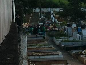 Cemitério onde acontece o enterro de Cleyde Yáconis, em Jordanésia (Foto: Flávio Seixlack/G1)
