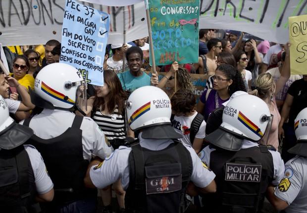 Policiais bloqueiam a passagem de manifestantes numa rua que leva ao Congresso em Brasília  (Foto: AP Photo/Felipe Dana)