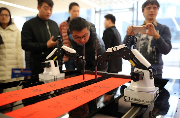 Robô escreve mensagens para funcionários do Alibaba em Hangzhou, China (Foto: VCG/VCG via Getty Images)