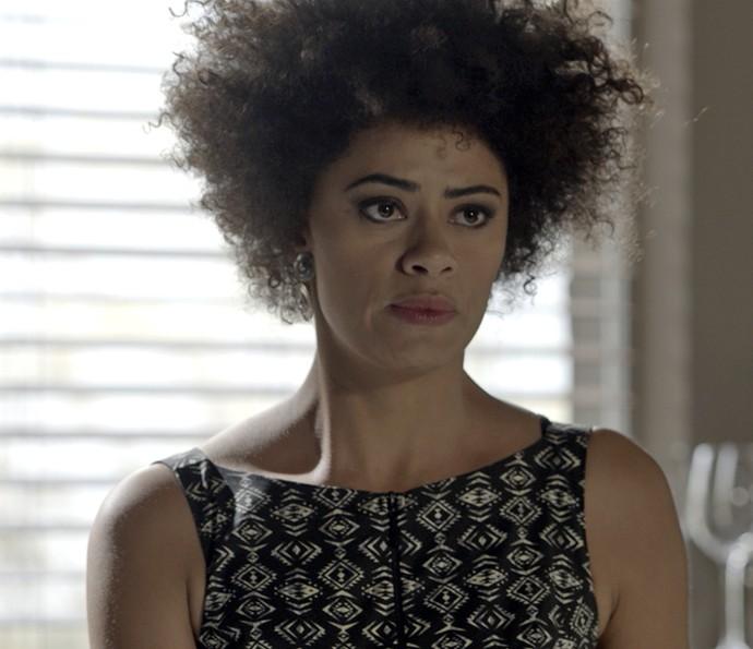 Carola conta o plano de Pedro e Emília para Lívia (Foto: TV Globo)