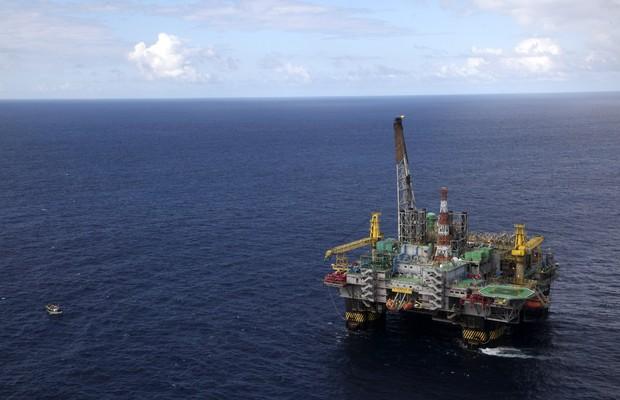 Plataforma de petróleo da Petrobras. A companhia deveria investir mais em outras fontes de energia? (Foto: Rich Press/Getty Images)