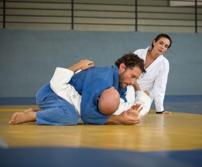 Fátima, atenta, presta atenção nos ensinamentos do ex-judoca, Flávio Canto (Foto:  Fabiano Battaglin/Gshow)