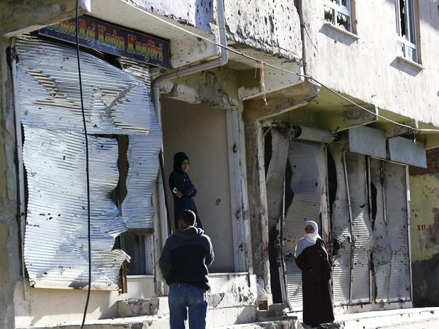 Moradores ficam em frente a lojas fechadas após os conflitos na província de Diyarbakir, na Turquia. (Foto: Kurds Reuters/Murad Sezer)