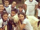 Sorridente, Fernanda Pontes posa com cabra em gravação de novela