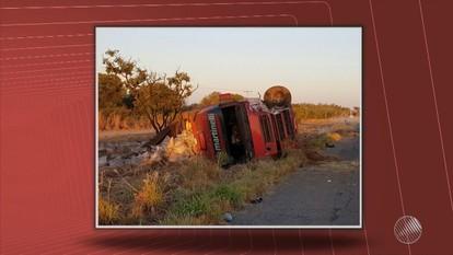 Acidente grave: veículo de passeio e carreta batem na região de Barreiras