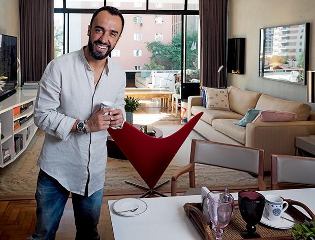 O stylist adora reunir amigos no apartamento de 150 metros quadrados, na região dos Jardins, em São Paulo  (Foto:  )