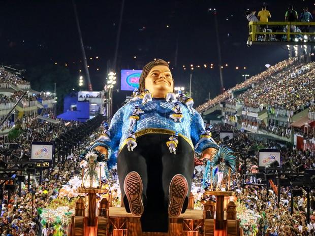 Um boneco com o rosto do ator Jack Black representa Gulliver em um dos carros da Portela (Foto: Rodrigo Gorosito/G1)