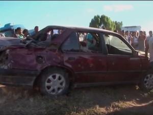 Carro atingiu tia e sobrinha no acostamento, em Vitória da Conquista (Foto: Reprodução/TV Sudoeste)