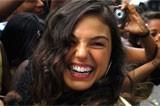 Sophia Abrahão exibe barriguinha chapada em praia carioca