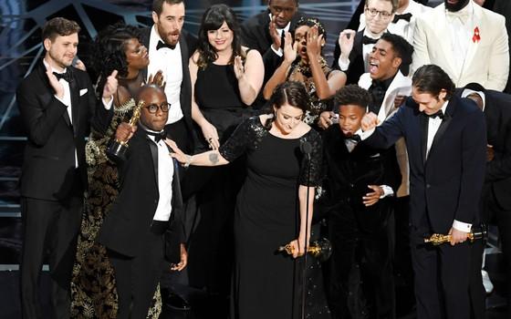 O elenco de Moonlight recebe o Oscar de melhor filme de 2017 (Foto: Getty Images)