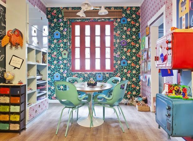 Projeto da designer de interiores Tais Lancates, expert em desenvolver estampas. Ela transformou a sala de espera desse consultório de psicologia em uma brinquedoteca para criança nenhuma colocar defeito (Foto: Andrea Marques)