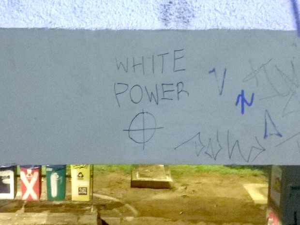 Alunos do IFCH se depararam com símbolo da Ku Klux Klan com mensagem racista (Foto: Bruno Ribeiro)