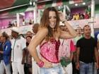 Renata Santos, de shortinho jeans, se acaba em noite de samba