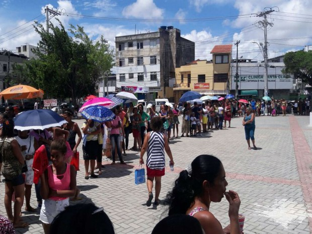 Grande fila foi formada neste domingo (12), para atendimentos de saúde (Foto: Vanderson Nascimento/ TV Bahia)
