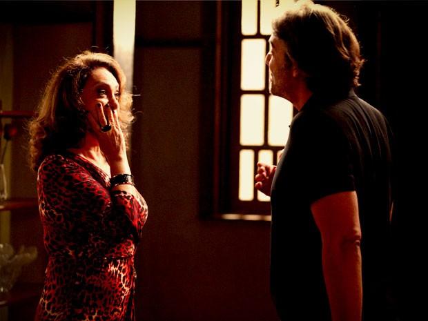 Muricy fica surpresa ao saber que Cadinho tem dinheiro escondido (Foto: Avenida Brasil / TV Globo)