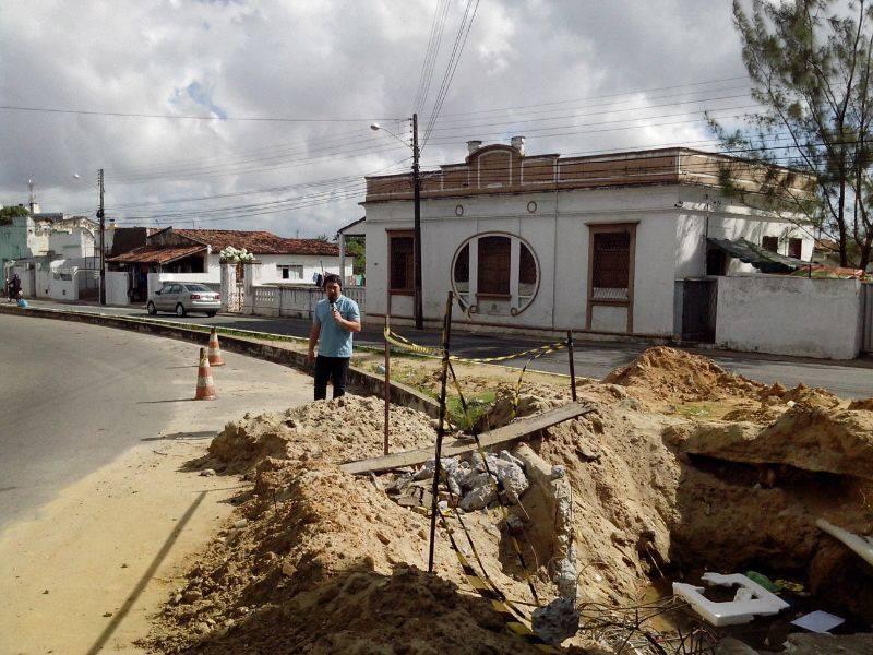 Apresentador mostra buraco em rua de Jaguaribe (Foto: Divulgação/TV Cabo Branco)