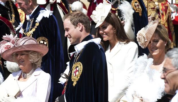 O príncipe William e sua mulher, Kate Middleton, entre outros nobres na saída da capela de St George em 18 de junho (Foto: AFP)