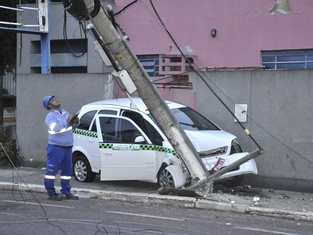Carro subiu na calçada, atingiu muro de hospital e poste de energia (Foto: Kelly Martins/G1 MT)