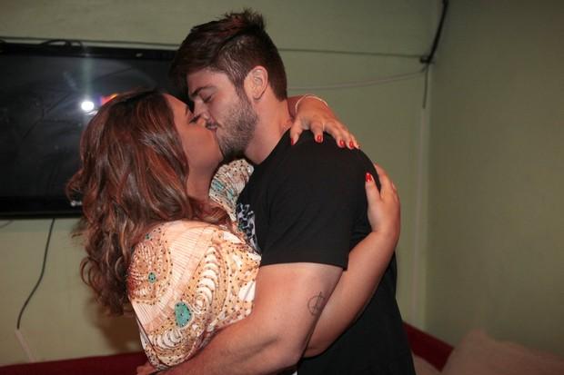 Preta Gil e o noivo, Rodrigo Godoy, em show na Zona Oeste do Rio (Foto: Isac Luz/ EGO)