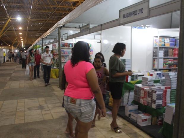 Leitores lotaram os corredores do Salão do Livro do Piauí (Foto: Ellyo Teixeira/G1)