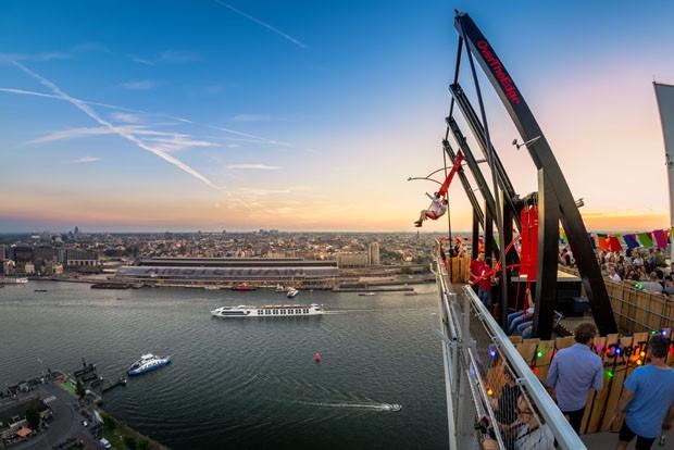 Balanço mais alto da Europa ocupa topo de edifício em Amsterdã (Foto: Divulgação)