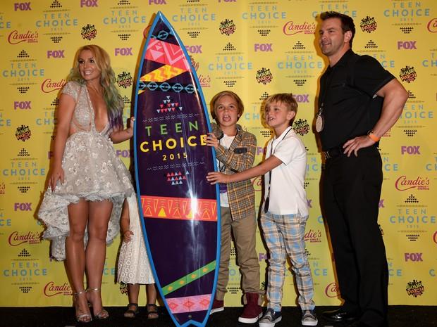 Britney Spears e os filhos Sean Preston e Jayden James em premiação em Los Angeles, nos Estados Unidos (Foto: Jason Merritt/ Getty Images/ AFP)