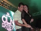 Luma de Oliveira curte apresentação do filho Olin agarrada ao namorado