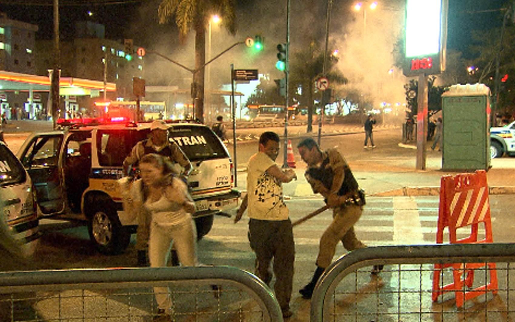 Policial bate com cacetete em homem na Avenida Antônio Carlos, em Belo Horizonte (Foto: Reprodução/TV Globo)