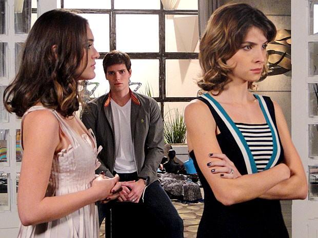 Cida prova os modelitos da Galerie e Conrado fica de olho (Foto: Cheias de Charme / TV Globo)