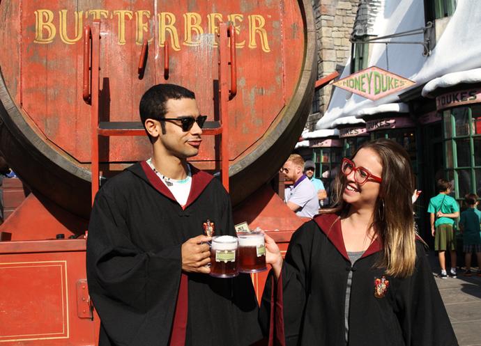 Sérgio e Laryssa brindam com a famosa Butterbeer (Foto: Letícia Souza/Gshow)