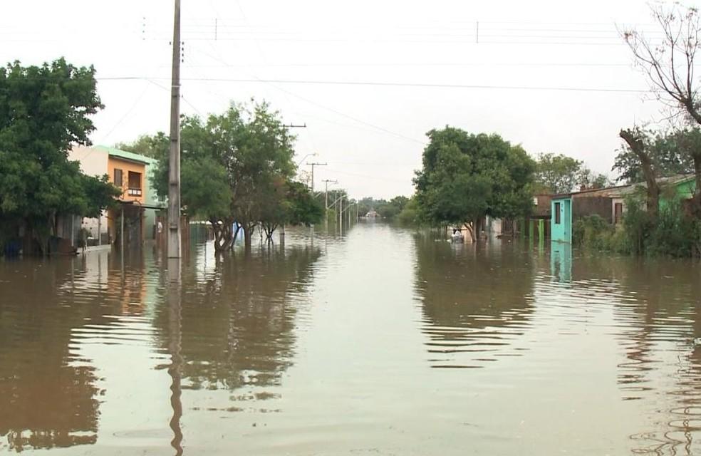 Uruguaiana é o município com o maior número de pessoas fora de casa por causa de cheias (Foto: Reprodução/RBS TV)